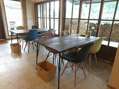 Salute食堂の1階左のテーブル席の写真