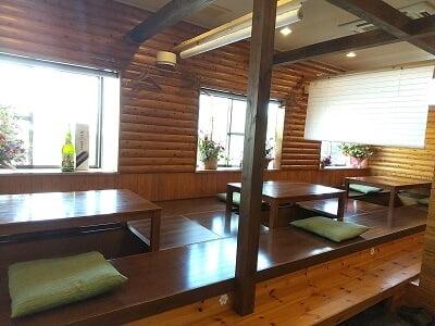 膳や和花の左側のテーブル席の写真