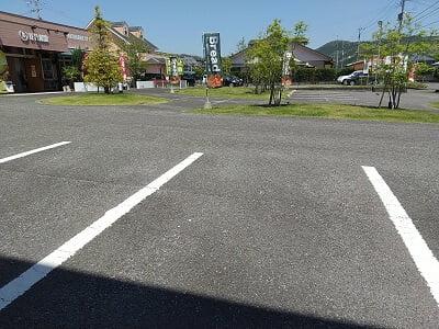 ルプレジールの広い駐車場の写真