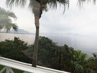 平川ベイサイドの左向こうに桜島が見える席からの眺めの写真