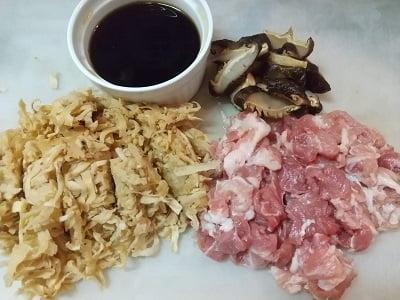 切り干し大根、しいたけ、豚こま肉の下準備をして調味料を合わせる写真