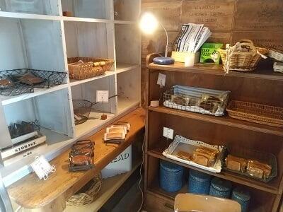 アンティークの右の焼き菓子販売コーナーの写真
