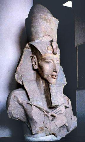 360px-Pharaoh_Akhenaten.Foto-Muriel Gottropjpg