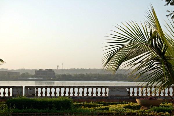 Alle byer og tettsteder finnes langs elven som går videre inn i Niger.