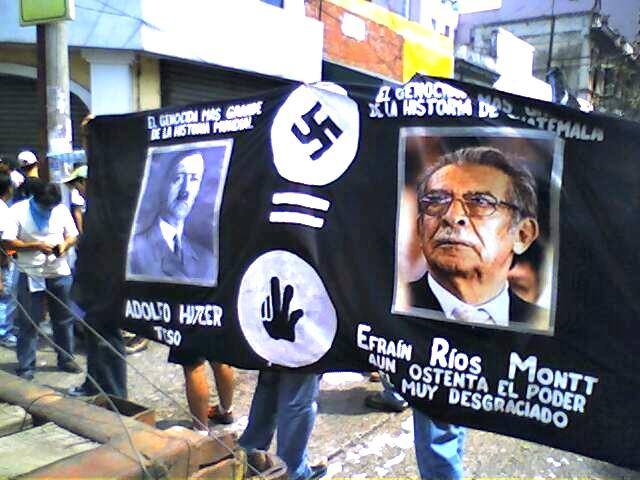 På dette banneret som ble brukt i en demonstrasjon så langt tilbake som 2006 blir Montt sammenlignet med Adolf Hitler. Foto: Firetreo - Wikimedia Commons.