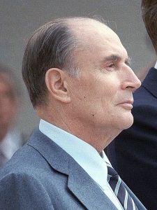 François Mitterrand var strengt tatt ingen bigamist fordi han aldri giftet seg med elskerinnen sin, men hun deltok i hans begravelse, hvor hans kone også var tilstede.