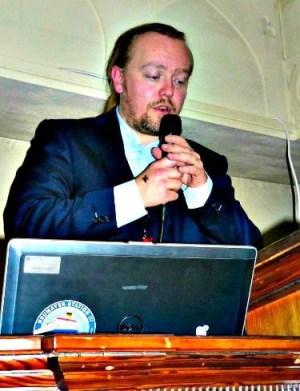 Jesper Aagaard Petersen foreleser om satanisme på Kjettersk kjeller i Oslo. Foto: Hans Olav Arnesen.