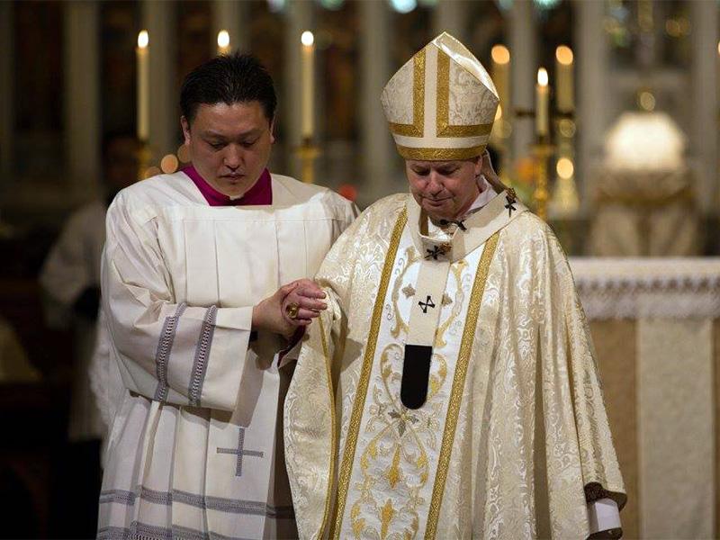 Arzobispo de Sydney Anthony Fisher, a la derecha, durante la fiesta del Corpus Christi Misa el 29 de mayo de 2016. Foto cortesía de la Arquidiócesis de Sydney