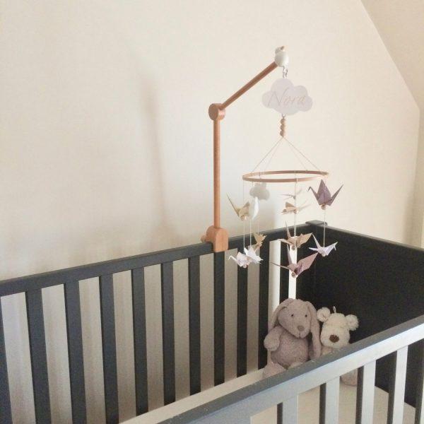 Mobile accroché à un lit de bébé