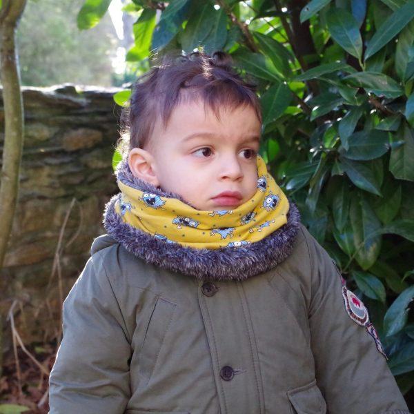 Snood ou tour de cou porté par un garçon