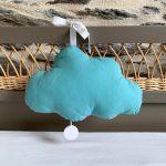 Boîte à musique en forme de nuage accrochée à un lit de bébé