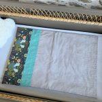 Plaid dans un lit de bébé