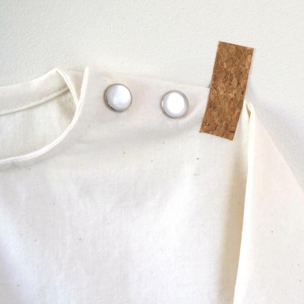 Boutons pression nacrés pour enfermer l'encolure de la blouse Katia