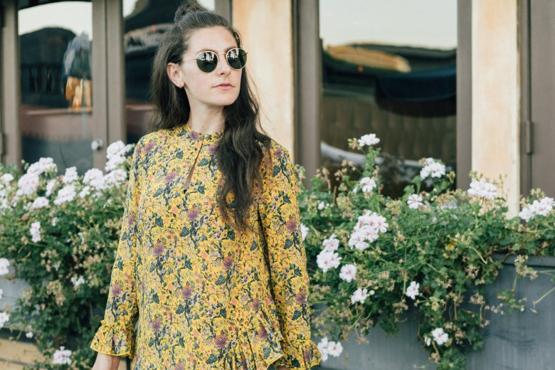 Los Angeles blogger, RELish By Arielle, wears a Madwell Karen Walker dress