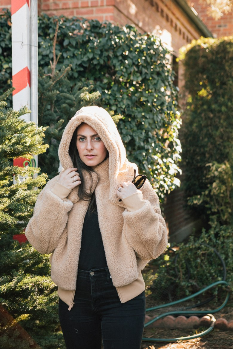 Los Angeles mom blogger, RELish By Arielle, wears an Alo Yoga Foxy Faux Fur Jacket