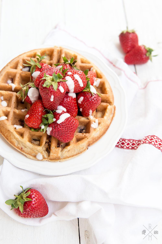 Kokos-Erdbeer-Waffeln   relleomein.de #milchfrei #erdbeeren #waffeln