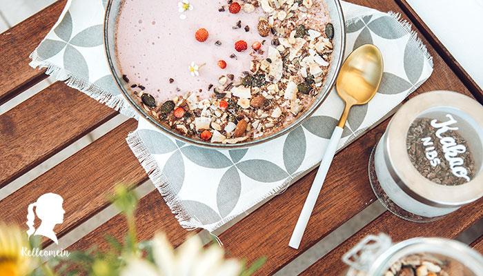 Kollagen Mousse mit Erdbeeren und Pfirsichen - Paleo Frühstück mit zuckerfreiem Müsli | relleomein.de #paleo #frühstück #foodblogger #thermomix