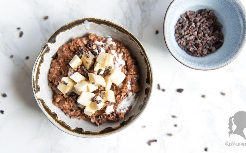 Knuspriger Schokoladen Porridge mit Banane