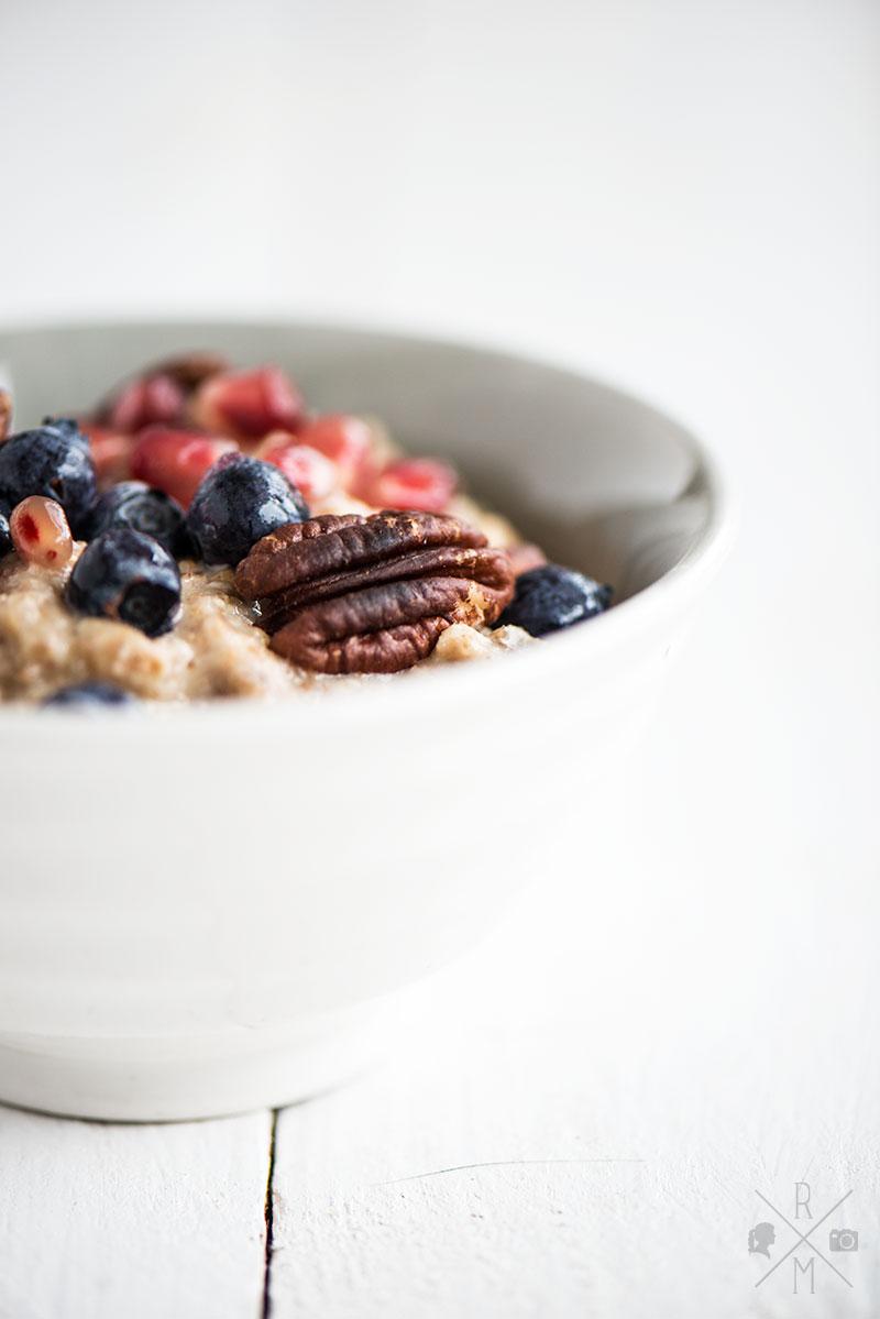 Veganer Frühstücksbrei aus Haferflocken mit Früchten und Nüssen ohne Milch | relleomein.de #milchfrei #zuckerfrei #glutenfrei