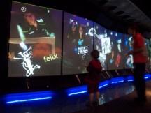 Arbeit mit etwas WiiMote-ähnlichem an einer Videowand im Museum