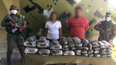 Photo of Ejército da duro golpe a narcotraficantes al ocuparle 42 pacas de un vegetal verde presumiblemente marihuana, encaletados en una camioneta