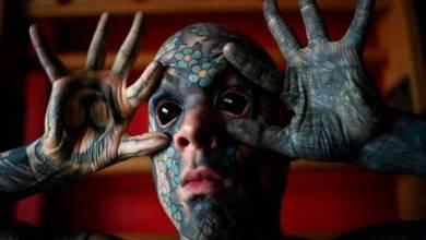 Photo of El maestro tatuado hasta el blanco de los ojos que causa estupor en Francia