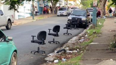 Photo of DIGECOOM saca sillas de sus oficinas a la calle para aparentemente asegurarle un parqueo a funcionario