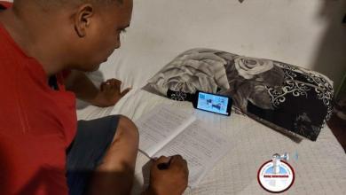 Photo of Adultos utilizan clases virtuales para alfabetizarse