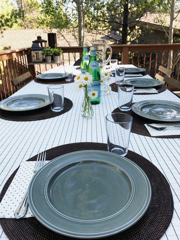 outdoor table setting with daisies