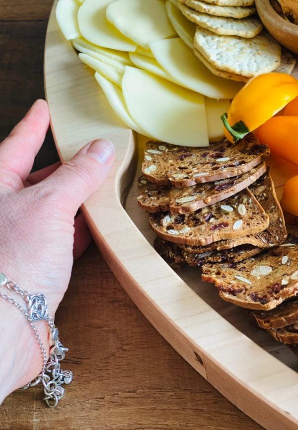 undercut handles in food tray