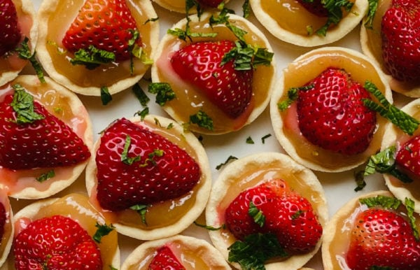 strawberries in tartlets with lemon