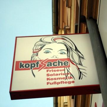 """S-Führung und Farbgebung beim Logo des Friseur-Geschäfts """"Kopfsache"""" scheinen vorbildlich."""