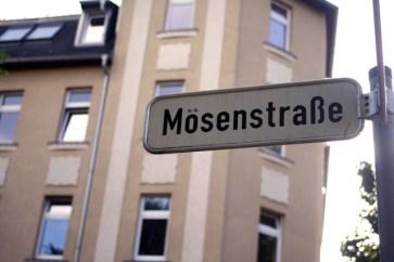 Mosenstraße! Mosenstraße! Es muss Mosen- straße heißen!