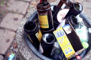Re:marx in Gefahr: Einen randvoll mit Bierflaschen gefüllten Mülleimer fotografieren, neben dem eine randvoll mit Alkohol gefüllte Gruppierung Menschen sitzt, und dabei dumm angemacht werden: Check.