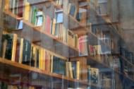 """Intellektüre im Lesecafè """"Kaffeesatz"""", wo der Sonnenberg seinen akademischen Schein bewahrt."""