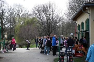 Die Leute stehen stundenlang an, als wäre Frühjahr und es gäbe Eis. Wie früher, als Frühjahr war und es Eis gab.