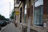 Stilvoll stöbern im A&V: Verkauft Grönemeyer-CDs, Hanteln, Hüte und Kuscheltiere. Und John Lennon-Sonnenbrillen für rauschende Hinterhof-Feste unsanierter Fassmann-Immobilien. Wird trotzdem nie so sein, wie der hippe Vintage-Store in Berlin: Wir werden auf der Suche nach Raritäten für immer 200 Karel Gott-Platten durchstöbern müssen.