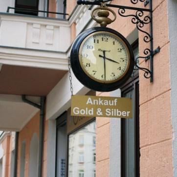 Oder Studienfinanzierung a la AfD betreiben: Gold an- und verkaufen.
