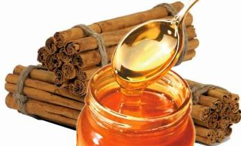 Canela con miel para aclarar el cabello