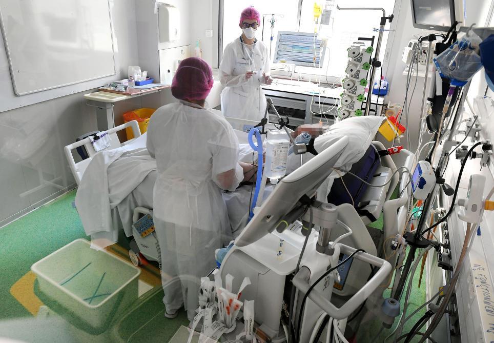 Pour «faire face à la vague qui sera là dans deux semaines, trois maximum», des déprogrammations sont désormais envisagées dans les hôpitaux marnais.