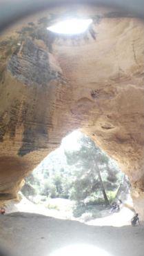 Las dos aperturas de la cueva