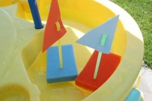 Bateaux éponge flottants pour le plaisir d'été des enfants de Make and Takes on Remodelaholic