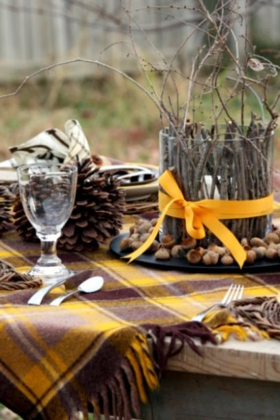 Thanksgiving is a time to be with family and to enjoy a wonderful meal together. Help to set the mood with a beautiful Thanksgiving tablescape. Here are 14 Easy Thanksgiving Tablescapes ~ Tipsaholic.com #thanksgiving #table #tablescape