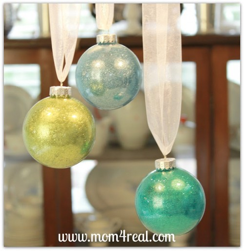 Try these 35+ DIY ideas for clear glass ornaments to add precious memories and lots of spirit to your Christmas tree! from @tipsaholic #ornaments #diy #christmas