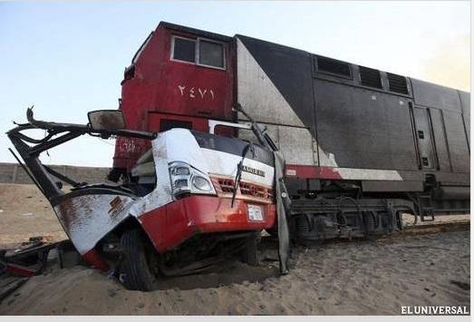 accidente Tren aplasta microbús full de gente venía de una boda [Egipto]
