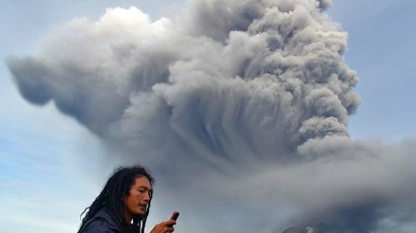 f3d3fd5698e3d9f31d419ff0c389dd41 article Dos volcanes se ponen locos; 5 mil evacuados [Indonesia]