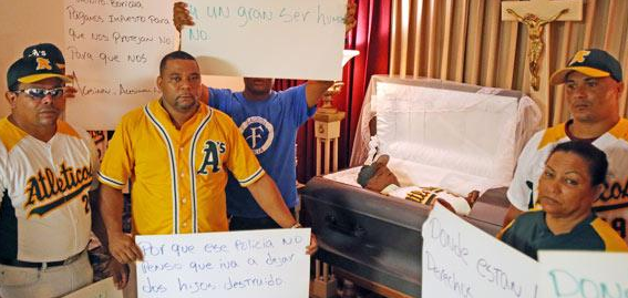 Los familiares y amigos de Agustín Javier Peguero, asesinado de un disparo presuntamente a manos de un capitán de la Policía