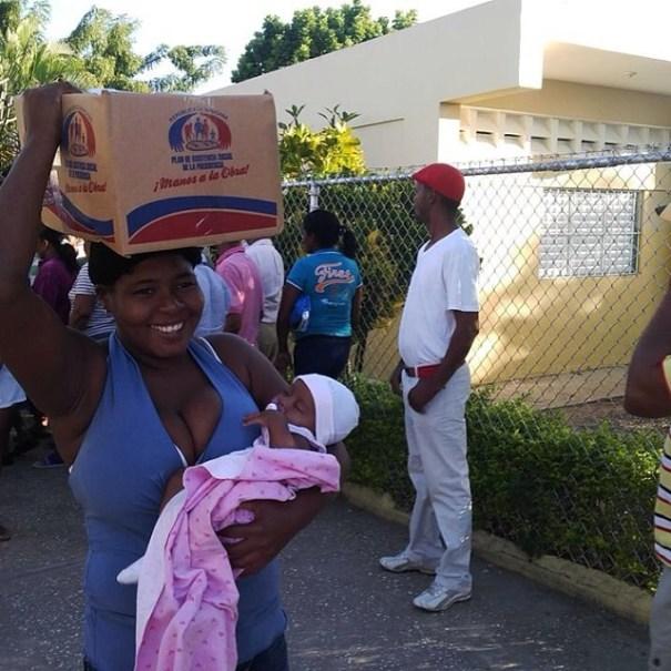 86d5457668a911e3908a0ed11deeeb05 8 Sonrisas al recibir cajas navideñas 2013