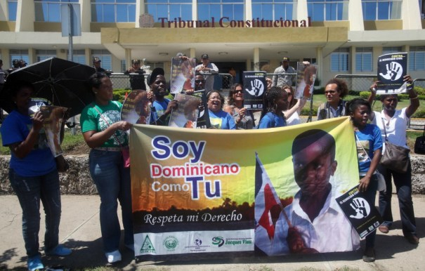 Representantes-de-organizaciones-domínico-haitianas-protestan-frente-al-Tribunal-Constitucional