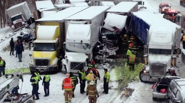 base image1 Otro accidente múltiple en EE.UU., pero este deja 3 muertos [Video]